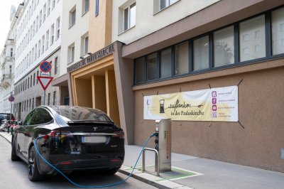Elektrotankstelle vor der Pauluskirche